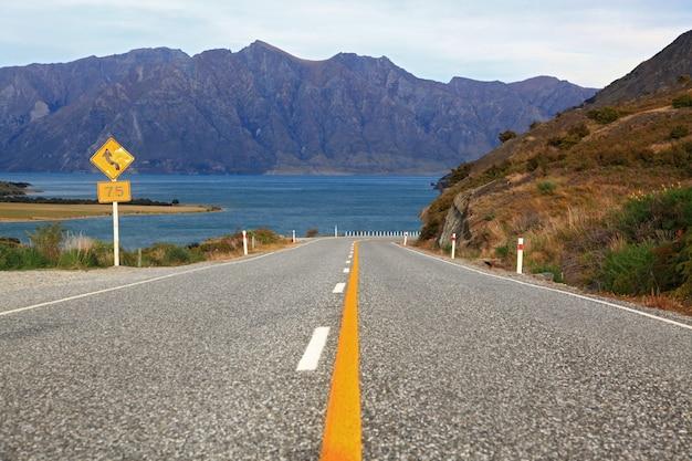 Perspektive der landstraßenstraßenautobahn zum see hawea in wanaka neuseeland