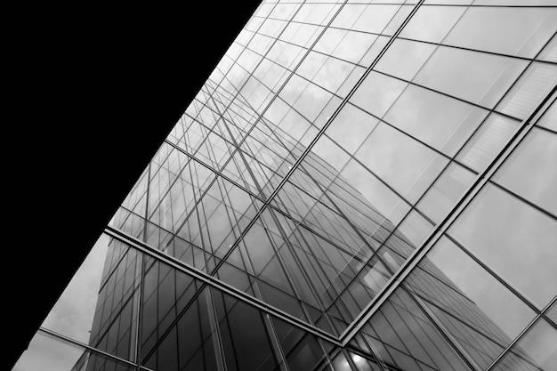 Perspektive des modernen glasfensters an den wolkenkratzern