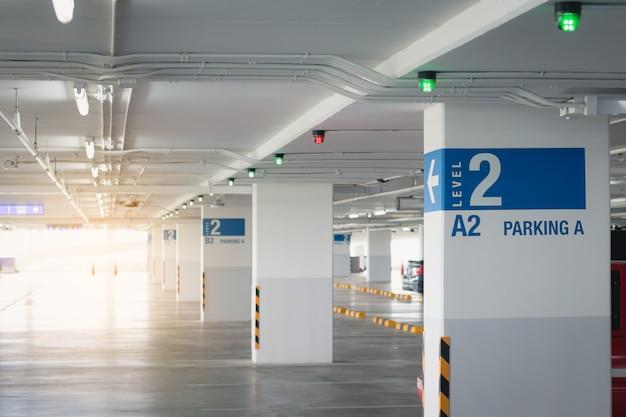 Perspektive des parkplatzes im einkaufszentrum