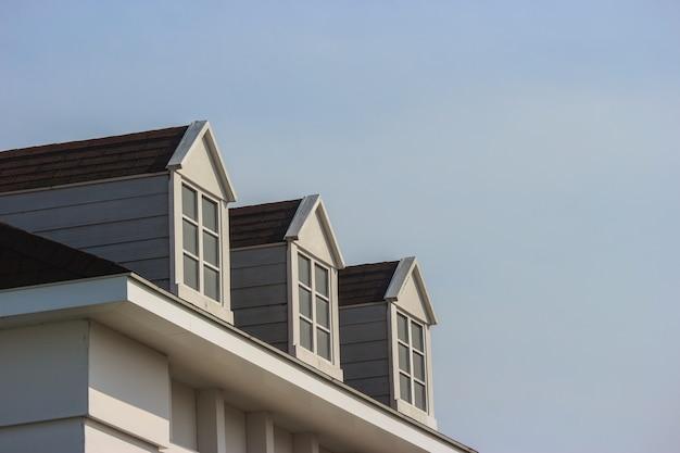 Perspektivenansicht der modernen giebeldachdesign-hausmauer mit abendhimmelhintergrund.