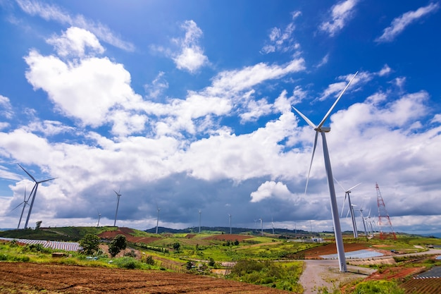 Perspektivenansicht der windkraftanlage im ländlichen von thailand.
