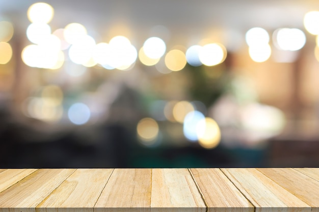 Perspektivenholz und unscharfes café mit bokeh hellem hintergrund.