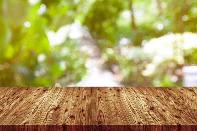 Perspektivenholztisch auf die oberseite über der unschärfe natürlich
