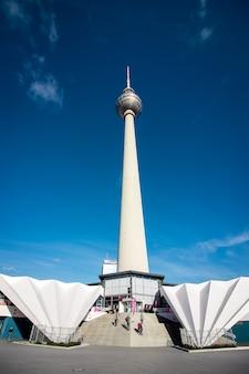 Perspektivische ansicht des berliner fernsehturms, deutschland.
