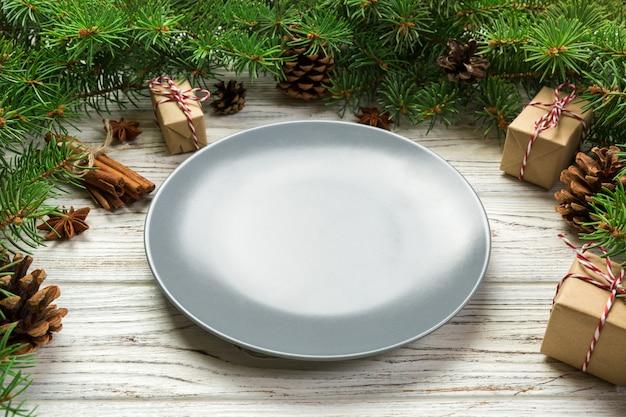 Perspektivische ansicht. runde keramik der leeren platte auf holz