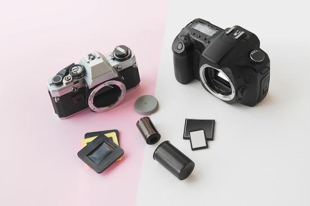 Perspektivische ansicht von digital gegen analoges slr-kamera-konzept