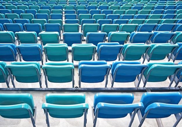 Perspektivische ansicht von gefalteten blauen stühlen oder sitzen im stadion