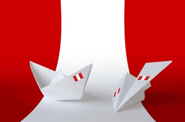 Peru flagge auf papier origami flugzeug und boot dargestellt. hintergrund des handgefertigten kunstkonzepts
