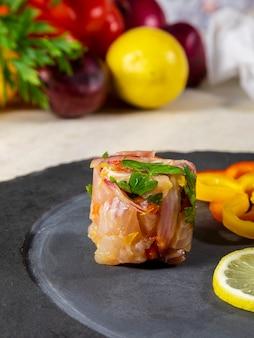 Peruanische ceviche ist ein traditionelles gericht, das in peru konsumiert wird. die zubereitungsmethode unterscheidet sich von anderen orten mit zitrone, fisch, kartoffeln, zwiebeln, algen, mais, chili, ingwer, milch und süßkartoffeln.