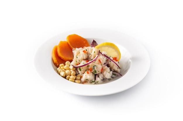 Peruanische ceviche mit fisch, süßkartoffel, mais und gemüse lokalisiert auf weiß