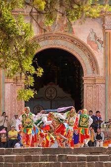 Peruanische folkloristische tanzkirche des san pedro apostels von andahuaylillas in der nähe von cusco peru