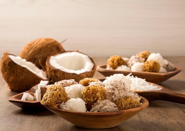 Peruanische kokaden. traditionelles kokosnussdessert auf hölzernem hintergrund