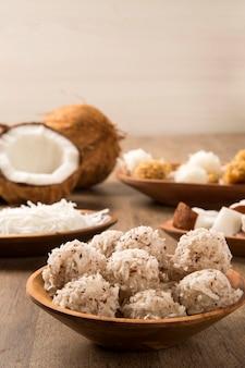 Peruanische kokaden. traditionelles kokosnussdessert, das normalerweise auf der straße verkauft wird