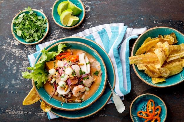 Peruanische meeresfrüchte und fisch ceviche mit mais