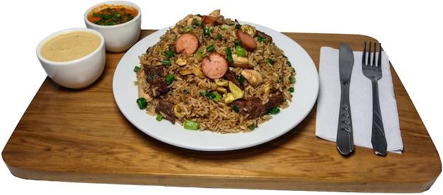 Peruanisches essen arroz chaufa, teller mit gebratenem reis mit gemüse und verschiedenen fleischsorten