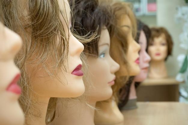 Perücken auf den köpfen von mannequins. schönheitskonzept.