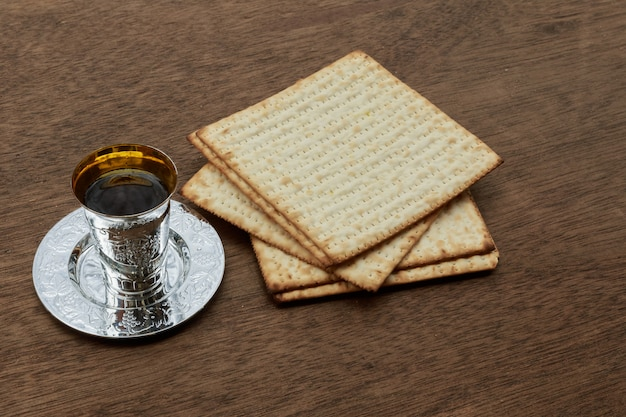 Pesach-matzopassah mit jüdischem passahfestbrot aus wein und matzoh