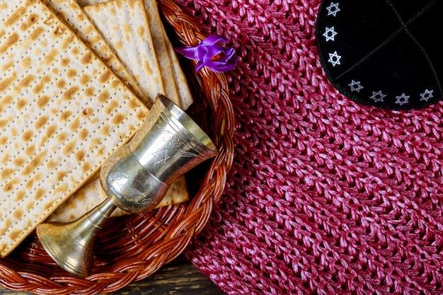 Pesach passah-symbole für einen großen jüdischen feiertag. traditionelles matzah und weinglas.