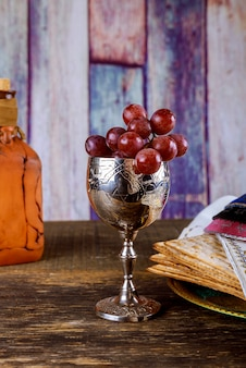 Pesach-passahfest-symbole des großen jüdischen feiertags. traditioneller matzoh