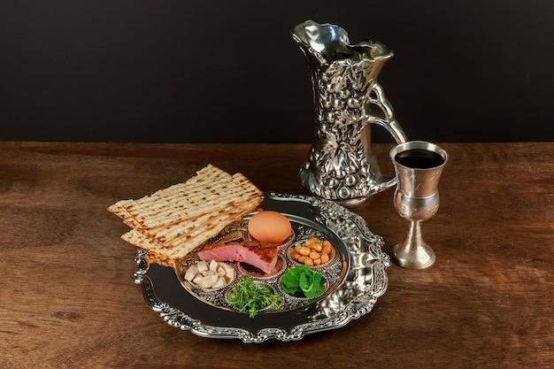 Pesach stillleben mit jüdischem passahbrot aus wein und matzoh