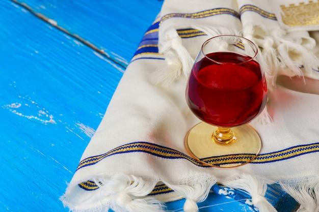 Pesach-stillleben mit wein und jüdischem passahfestbrot der matzoh