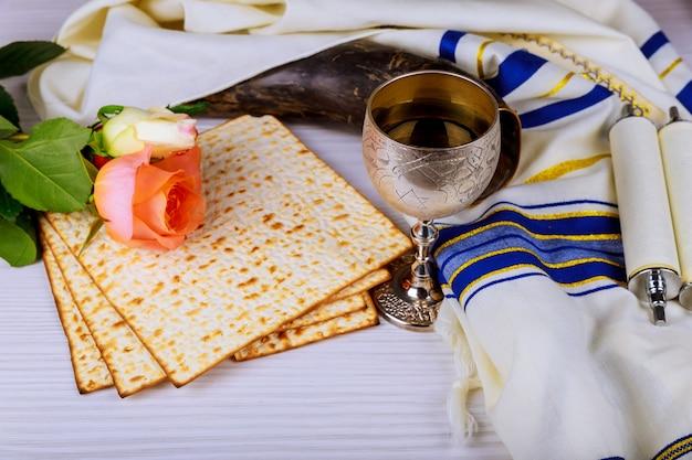 Pesah-feierkonzept jüdischer matzoh und roter süßer wein passahfest und frühlingsblumen