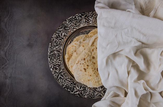 Pessachfeiertagsfeier mit koscherem matzah-ungesäuertem brot auf traditionellem pesach-teller des jüdischen pesach
