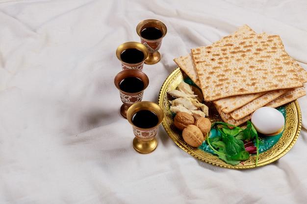 Pessachmatzoh jüdische feiertagsbrotmatzos mit vier tasse wein