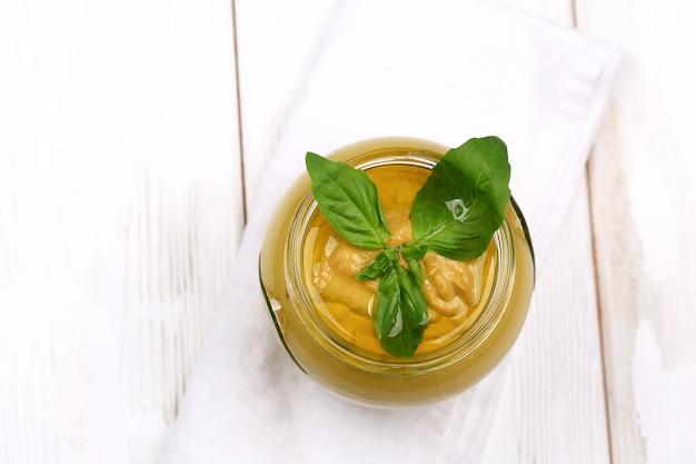 Pesto-sauce für pasta auf weißem holzuntergrund