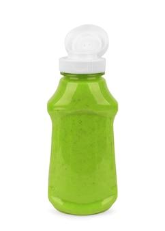 Pesto-sauce im glas auf weißem hintergrund