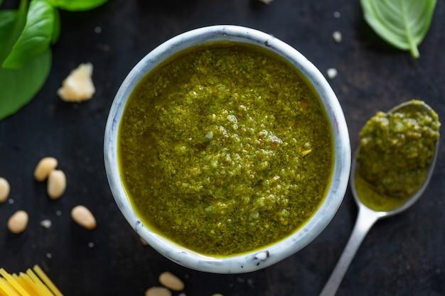 Pesto-sauce in einer kleinen schüssel auf dem tisch. nahaufnahme