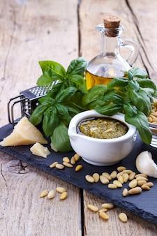Pesto-sauce und zutaten