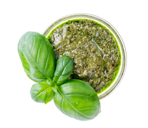 Pestosoße und frische grüne basilikumblätter.