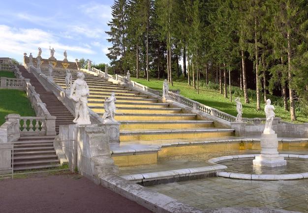 Peterhof sankt petersburg russland09012020 nizhny park goldene rutsche wasserkaskade