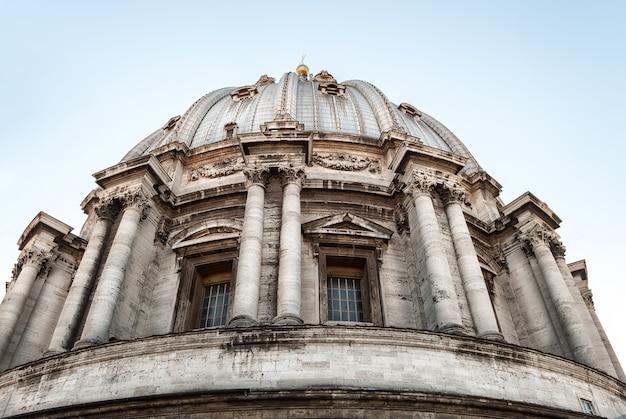 Petersdom auf dem petersplatz in der vatikanstadt