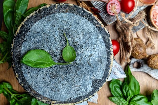 Petit basque, französischer käse, käseplatte mit verschiedenen arten von weich- und hartkäse. spanischer manchego-käse