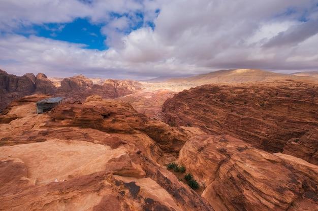 Petra jordan, blick von oben von den wüstenbergen und dem teehaus auf die berühmte straße der fassaden