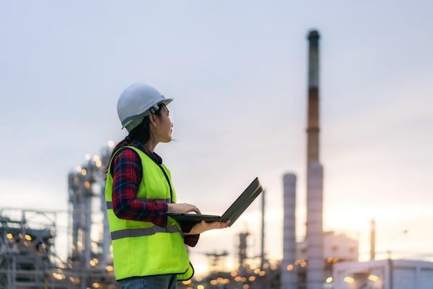 Petrochemie-ingenieurin, die mit laptop arbeitet