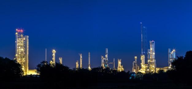 Petrochemie- und mineralölindustrie mit raffineriestapel und tanklager
