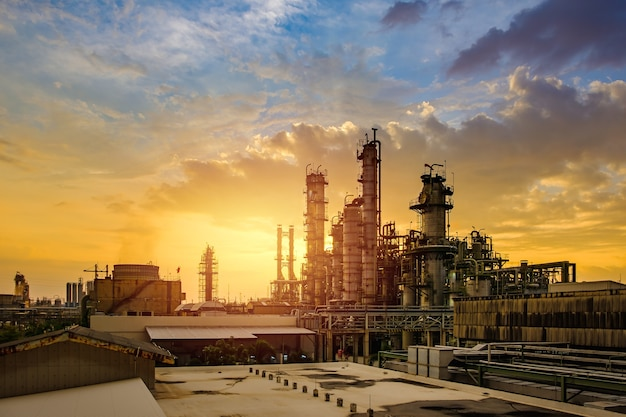Petrochemische industrie am himmelssonnenuntergang