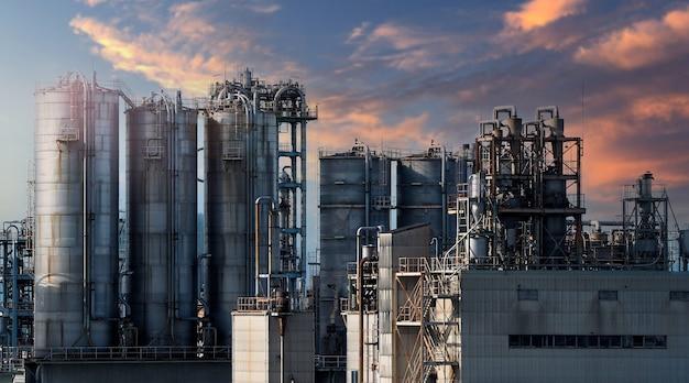 Petrochemische industrie für öl und gas. petrochemische fabrik einer ölraffinerie aus der zone der chemischen industrie in osaka, japan. viele öllagertanks und rohrleitungsstahl. ökosystem gesunde umwelt.