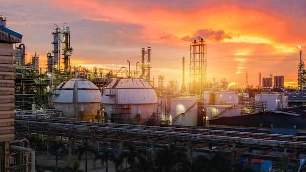 Petrochemische industrieanlage bei sonnenuntergang