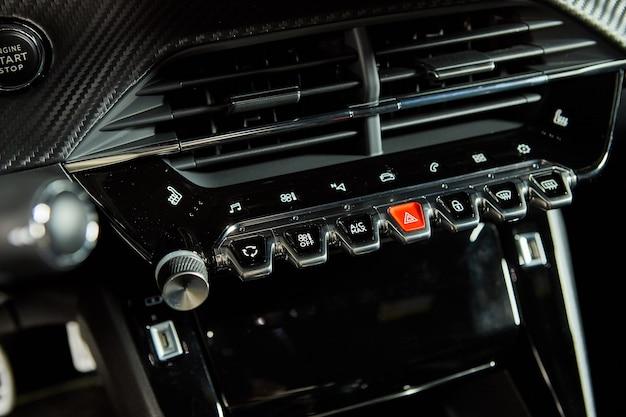 Peugeot 2008 - präsentation eines neuen modellautos im showroom - armaturenbrett