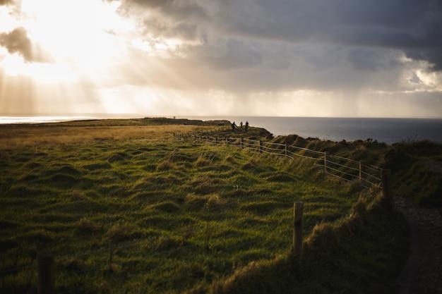 Pfad der klippen von moher mit wolkenlandschaft und sonnenschein