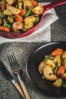 Pfanne mit gebratenem herbstgemüse der saison (zucchini, kartoffeln, möhren, bohnen)