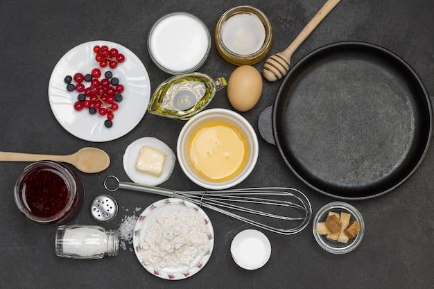 Pfanne mit müsli-pfannkuchen. mehl, beerenjoghurt, butter, honigmarmelade. gesunder diät-snack. flach liegen