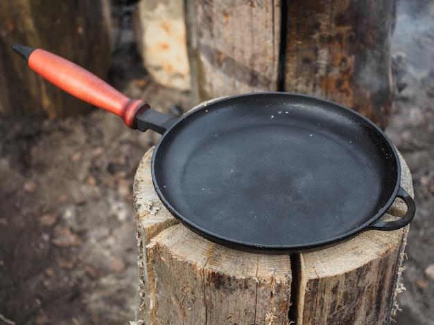 Pfanne zum kochen von pfannkuchen auf einer finnischen kerze