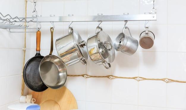 Pfannen und töpfe in der küche