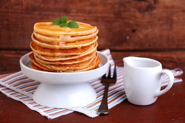 Pfannkuchen am fastnachtsdienstag in einer weißen schüssel zubereiten
