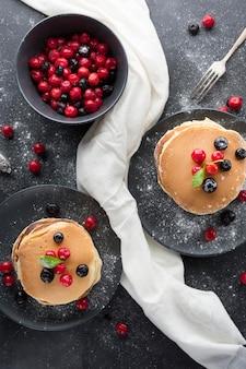 Pfannkuchen-arrangement mit früchten